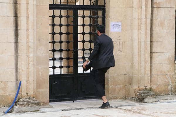 Cuma namazını camide kılmakta ısrar ettiler; kimi kapıyı zorladı, kimi avluda saf tuttu