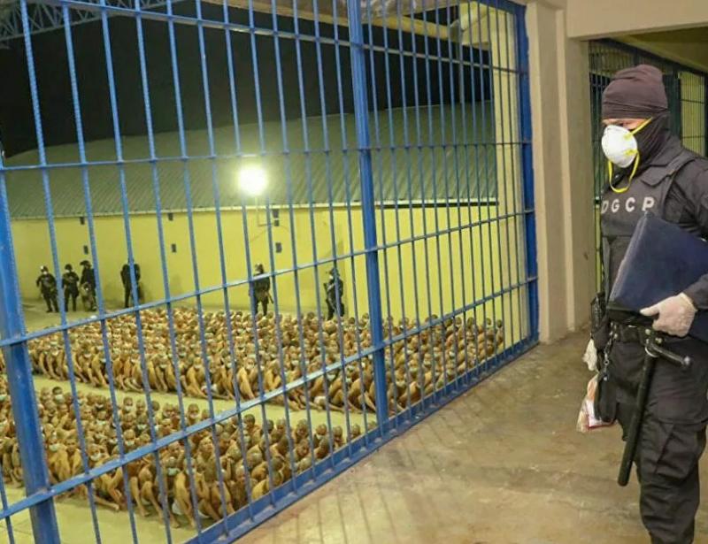 Mahkumlara kötü muamelenin görüntülendiği El Salvador'daki cezaevinden kareler